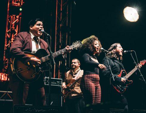 Joey Quinones & Thee Sinseers sur la scène du Hall 8 des Trans Musicales